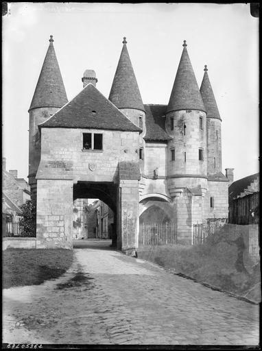 Porte fortifiée à tourelles