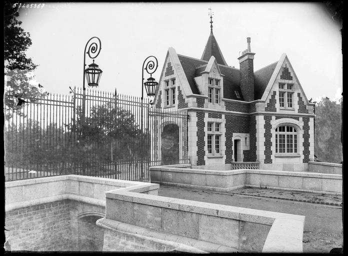 Pavillon de garde et grilles d'entrée