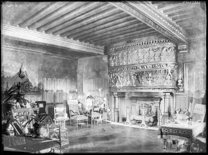Intérieur : décoration d'un salon avec cheminée