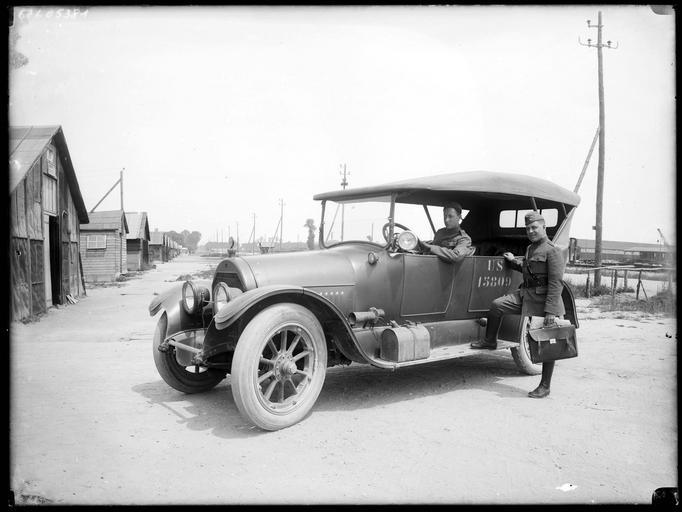 Soldats américains dans une automobile