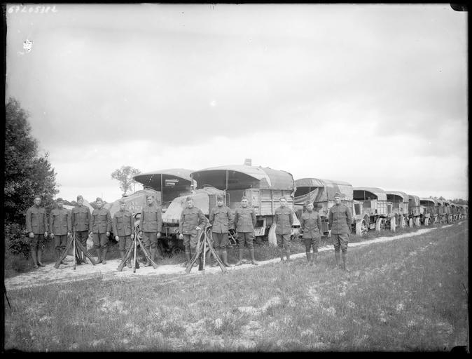 Soldats américains devant des véhicules