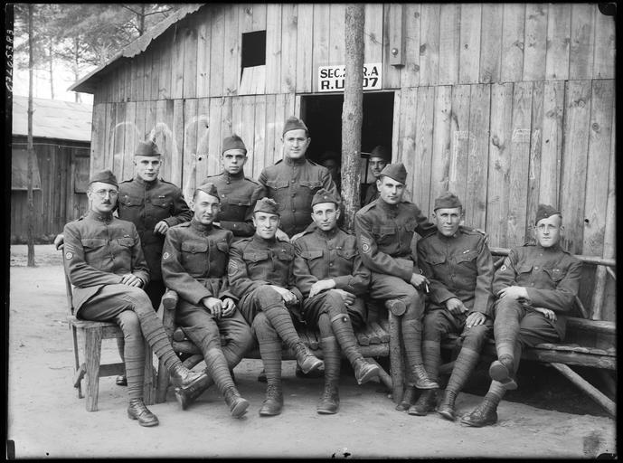 Portrait de groupe : soldats américains devant un baraquement