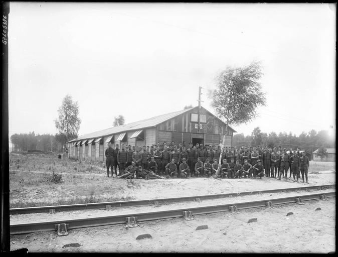 Portrait de groupe : régiment américain devant un baraquement
