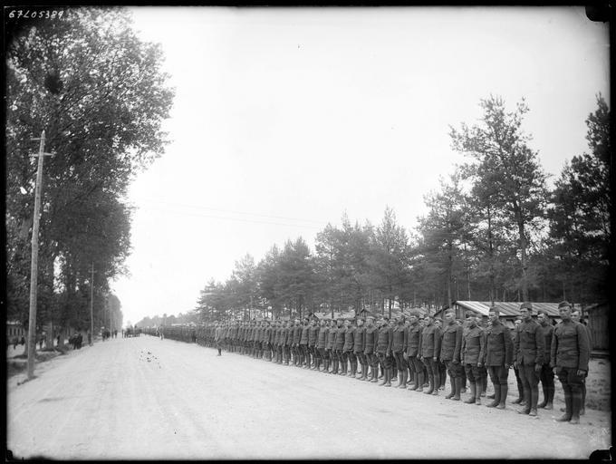 Le régiment américain au garde-à-vous