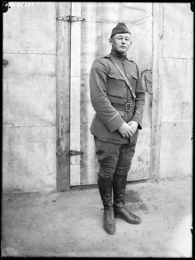 Portrait : soldat américain devant un baraquement
