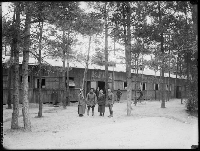 Soldats américains devant un baraquement