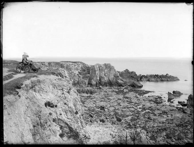 Au bord des rochers, un homme dans un véhicule