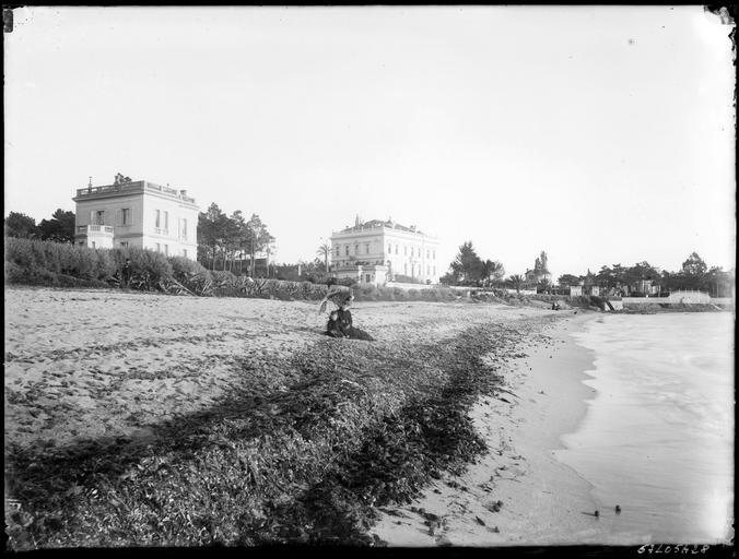 Villas en bord de mer, femmes assises sur le rivage