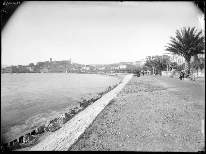 Vue générale de la Croisette, promeneurs et bord de mer