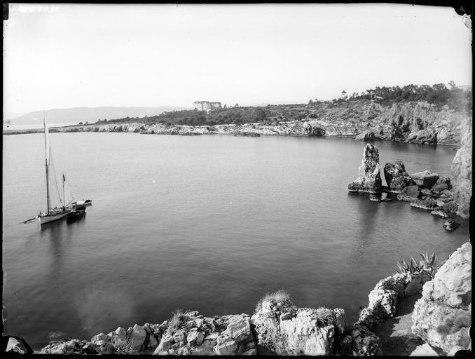 Littoral : la baie et les rochers d'Eden Roc, voiliers