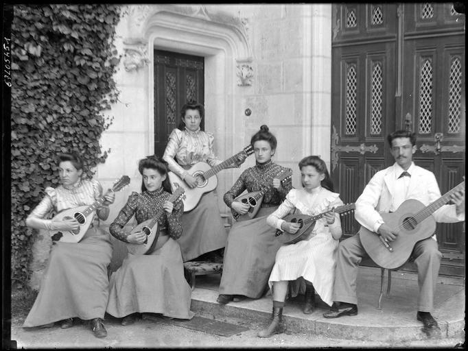 Portrait de groupe : ensemble de guitaristes