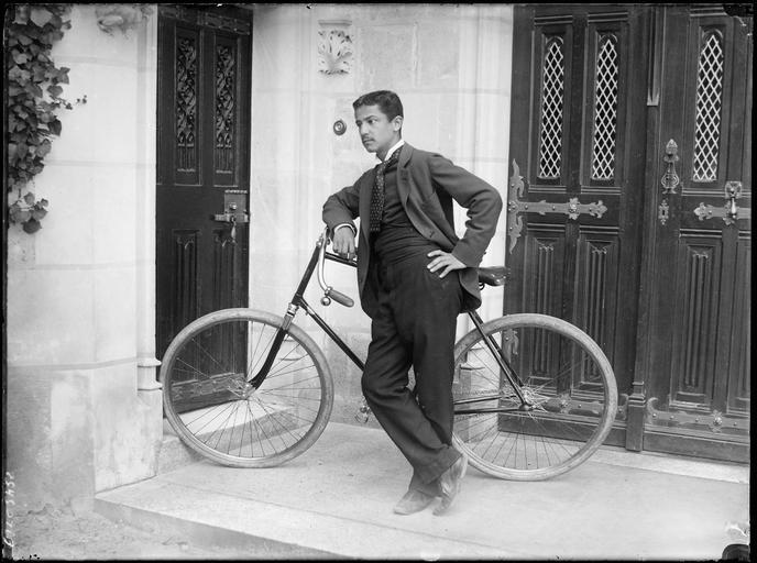Cycliste et son vélo devant une porte