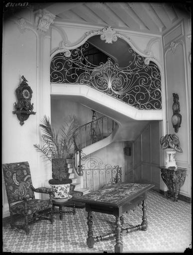 Intérieur : hall et escalier, rampe en fer forgé
