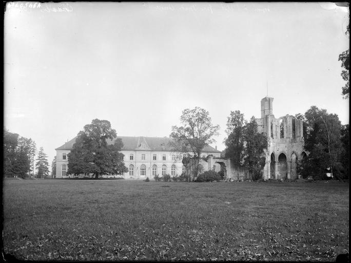 Château sur parc et ruines de l'abbaye