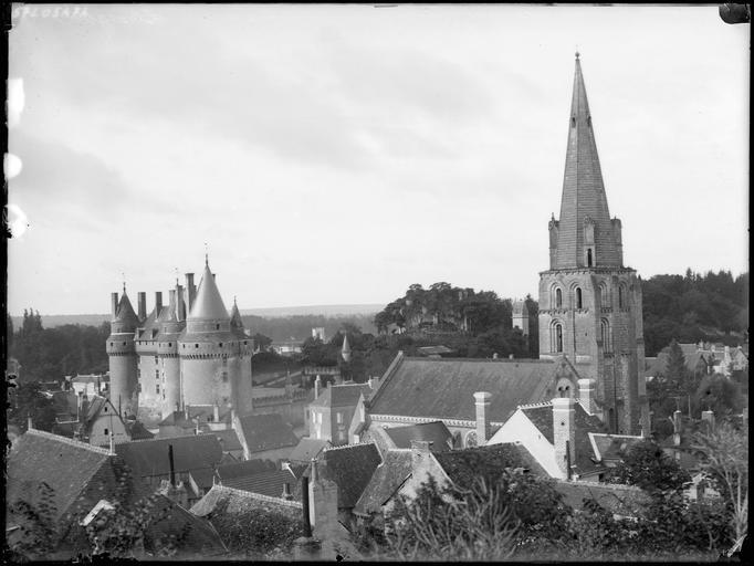 Vue générale sur le château et le clocher de l'église