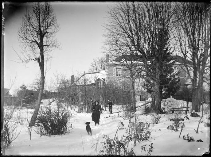 Maison et jardin sous la neige, un couple