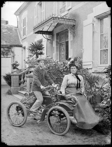Portrait de sa famille : sa femme et son fils sur un véhicule#