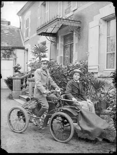 Portrait de sa famille : Lemaire et son fils sur un véhicule#