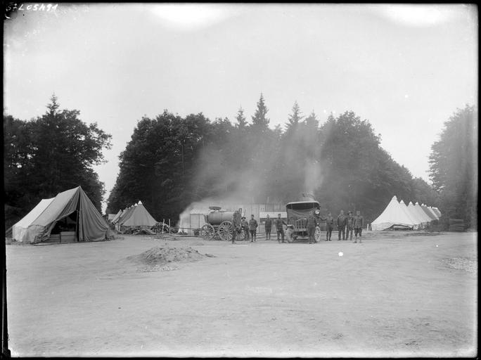 Soldats et véhicules devant des tentes