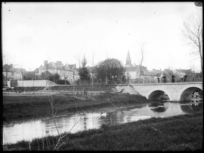 Vue du village : église, pont