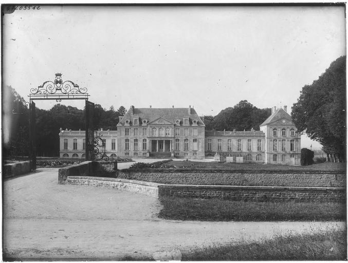 Façade principale sur cour d'honneur, portail et grille d'entrée