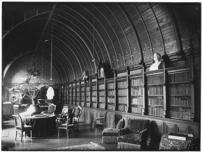 Intérieur : grande bibliothèque
