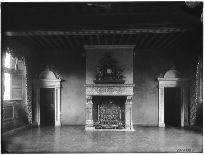 Intérieur : cheminée et portes