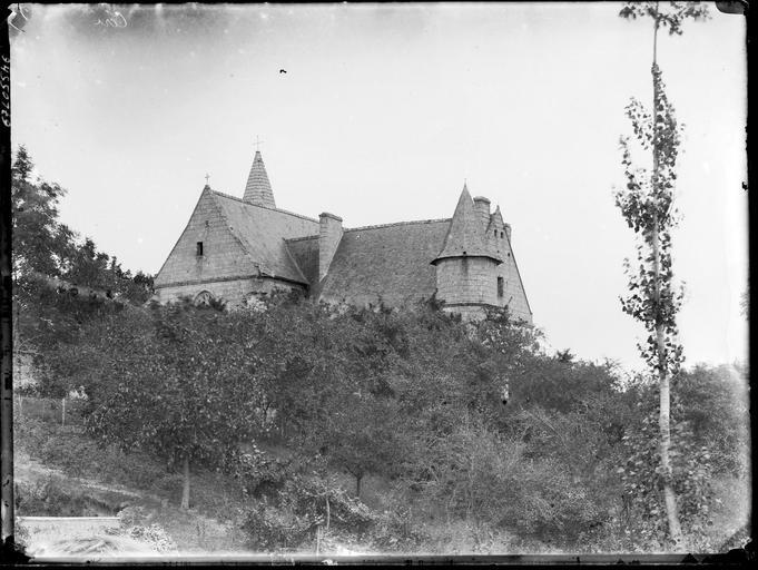 Eglise : partie supérieure au-dessus des arbres