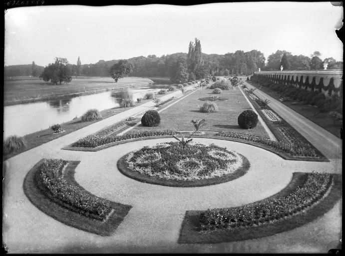 Parc : parterres de fleurs, rivière