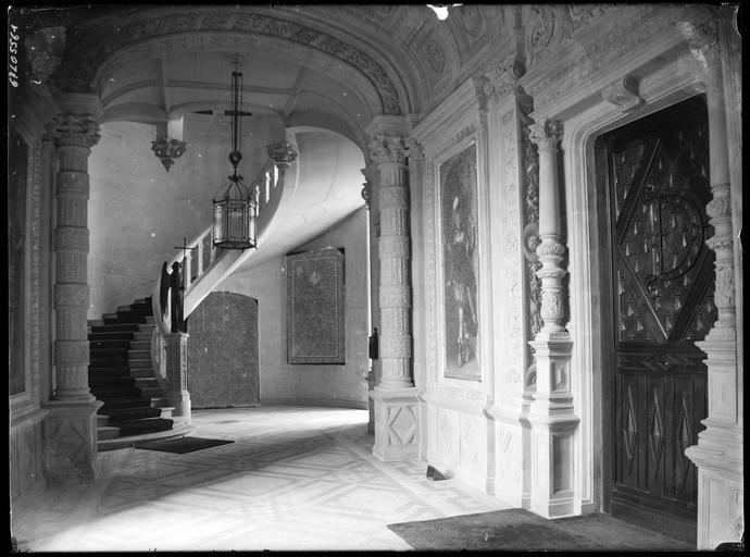 Intérieur : hall et départ d'escalier