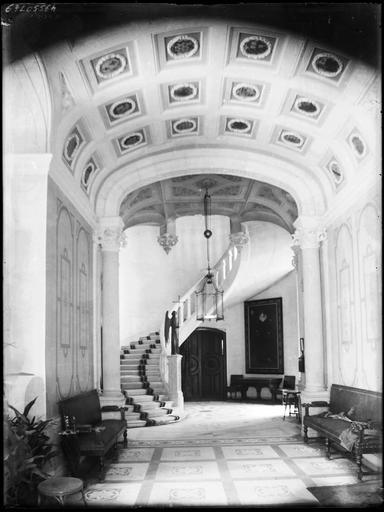 Intérieur : hall au plafond à caissons et départ d'escalier