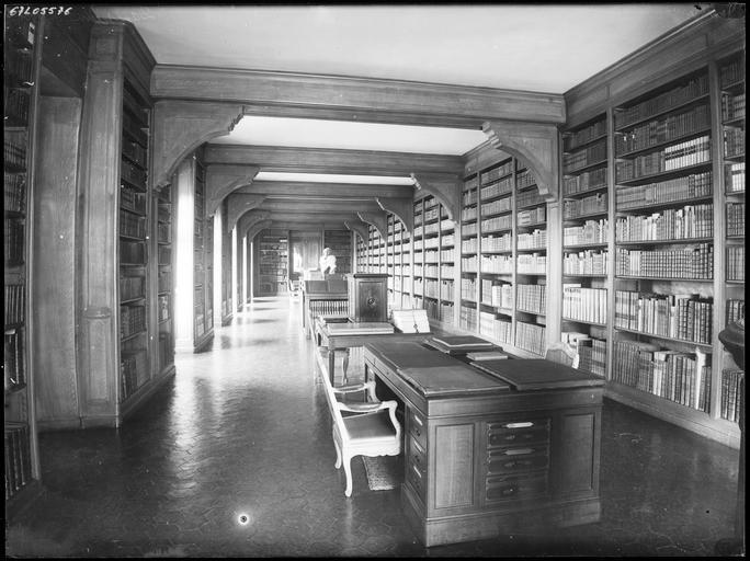 Intérieur : bibliothèque