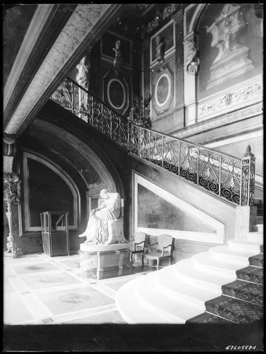 Intérieur : entrée, départ d'escalier