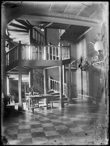 Intérieur : escalier en bois en colimaçon dans le hall