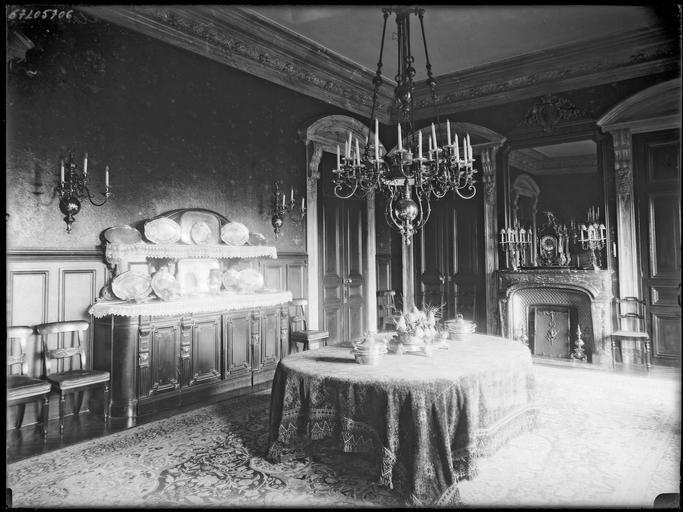 Intérieur : salle à manger avec vaisselier et faïences