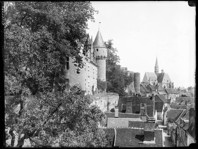 Eglise et château  dans le village