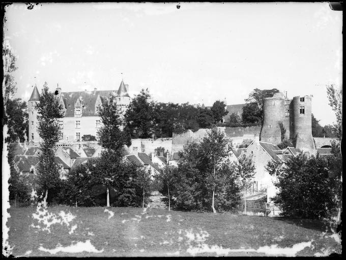 Le château et une partie du village, au bord de l'Indrois