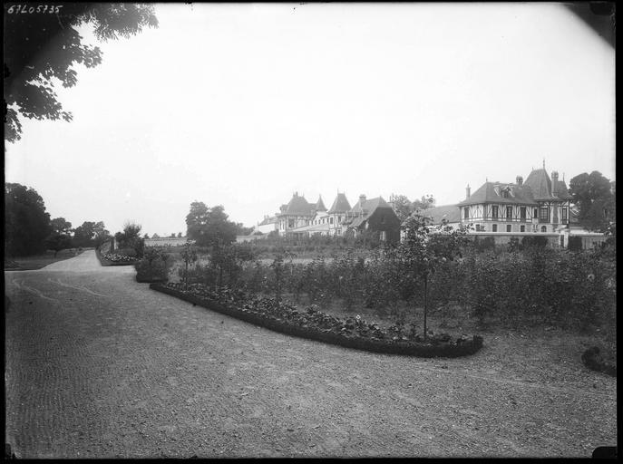 Parc : vue éloignée sur le chalet du régisseur et des jardiniers