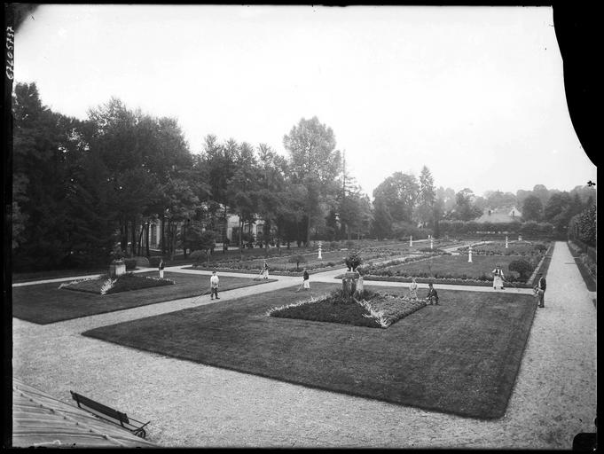 Parc : jardiniers dans les parterres de fleurs