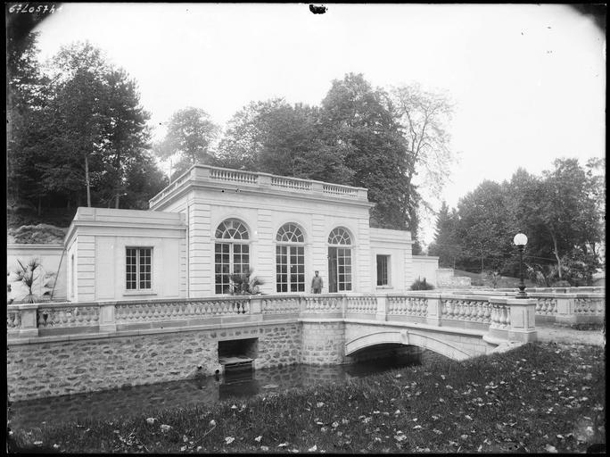 Pavillon de l'Electricité et pont sur les douves