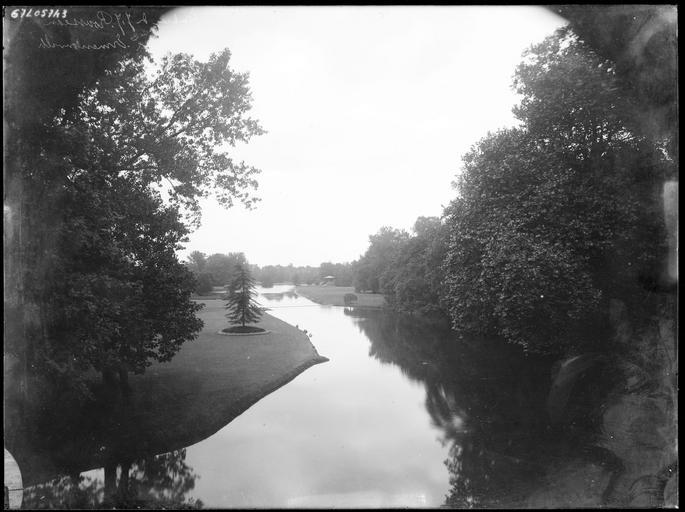 Parc : rivière et vue éloignée sur le tombeau de Jean-Jacques Rousseau