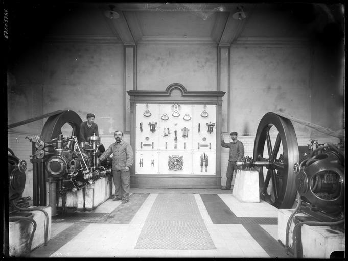 Atelier, intérieur : ouvriers et machines
