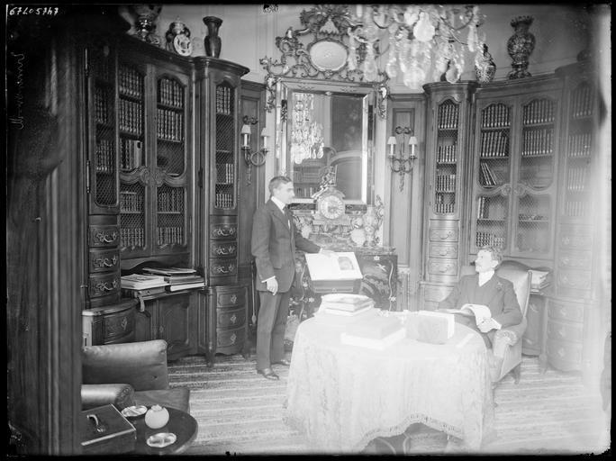 Intérieur : deux hommes dans la bibliothèque
