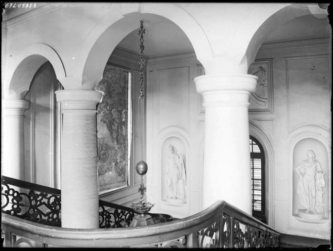 Intérieur : escalier et colonnes