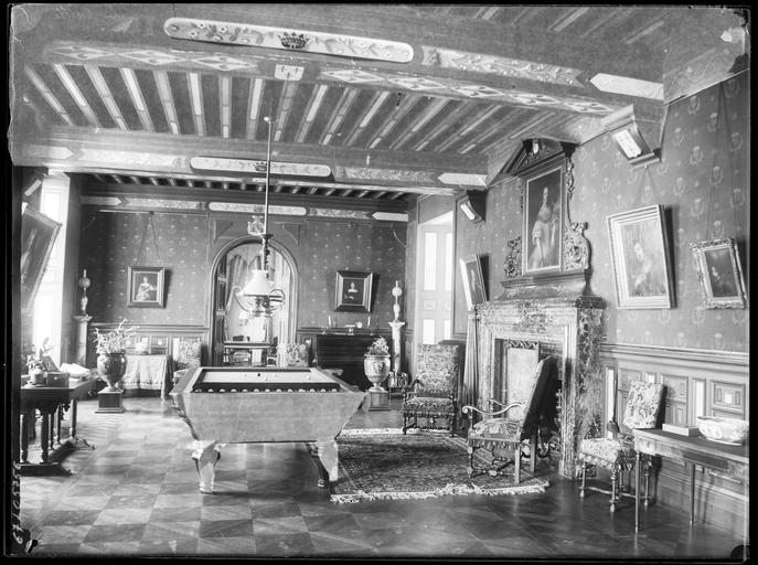 Intérieur : décoration d'une salle de billard