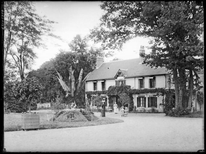 Pavillon sur parc, une femme et des enfants