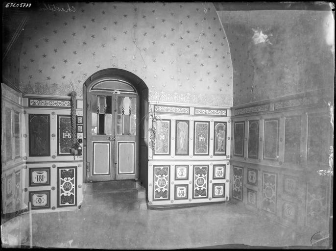 Intérieur : panneaux peints dans une antichambre