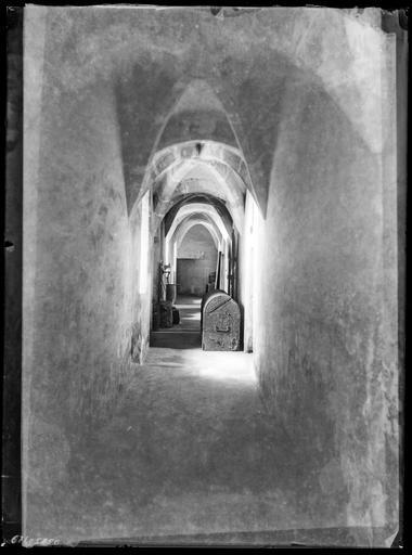 Intérieur : coffre dans un couloir voûté