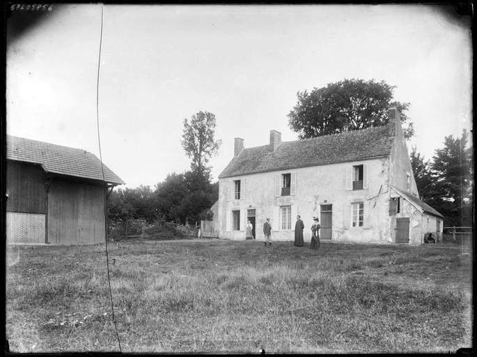 Maison ancienne, groupe de personnes
