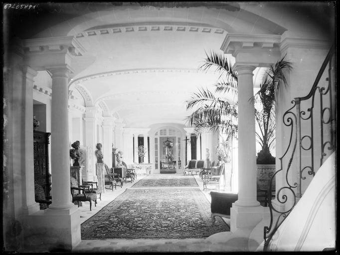 Intérieur : grande galerie avec piliers et statues